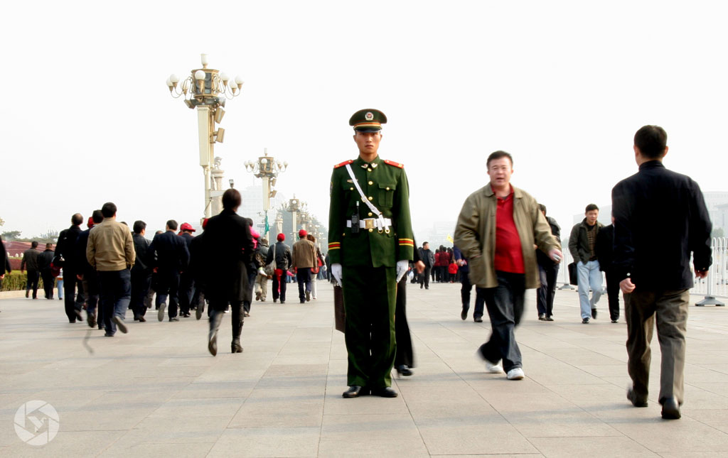 tiananmen square china policeman photographed by Yonit Schiller © 2015 יונית שילר