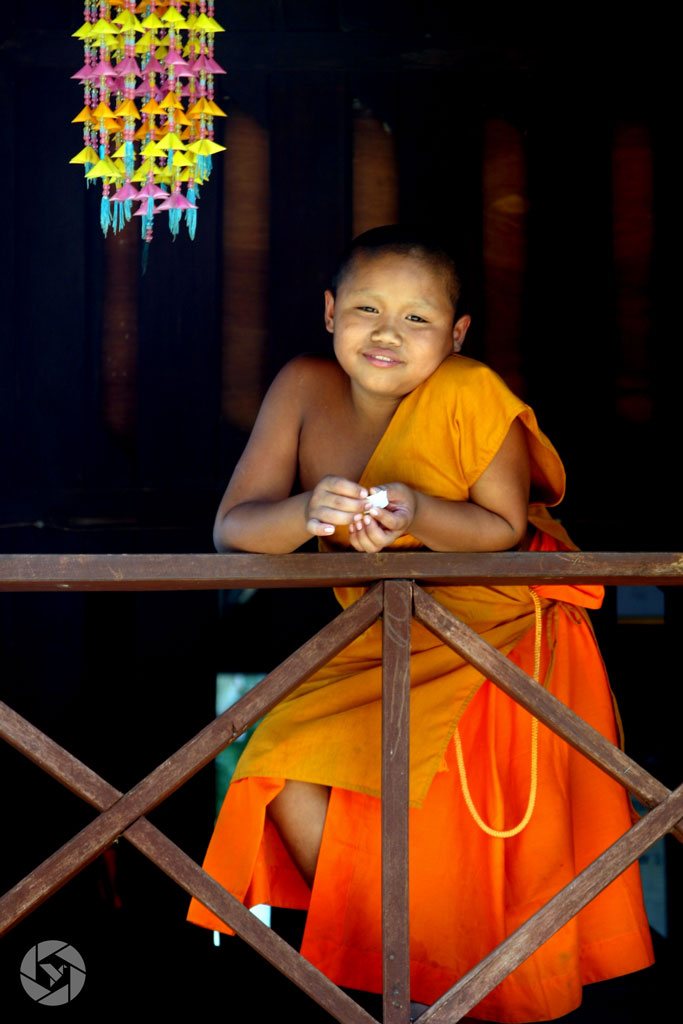 young buddhist monk thailand dressed in orange photographed by Yonit Schiller © 2015 יונית שילר