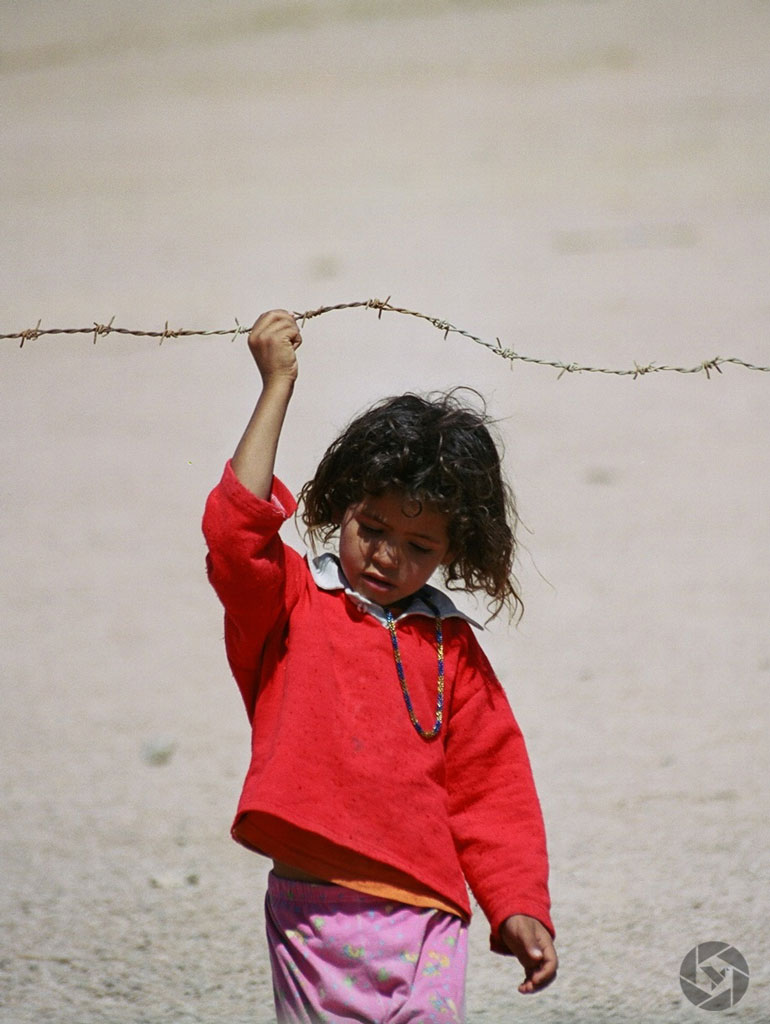 sinai desert bedouin girl barbed wire photographed by Yonit Schiller © 2015 יונית שילר