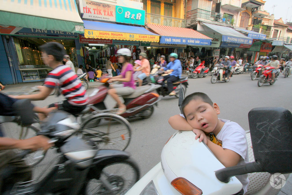 nap sleep in vietnam hanoi motorcycles photographed by Yonit Schiller © 2015 יונית שילר