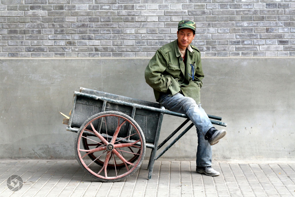 beijing wheelbarrow man rickshaw photographed by Yonit Schiller © 2015 יונית שילר