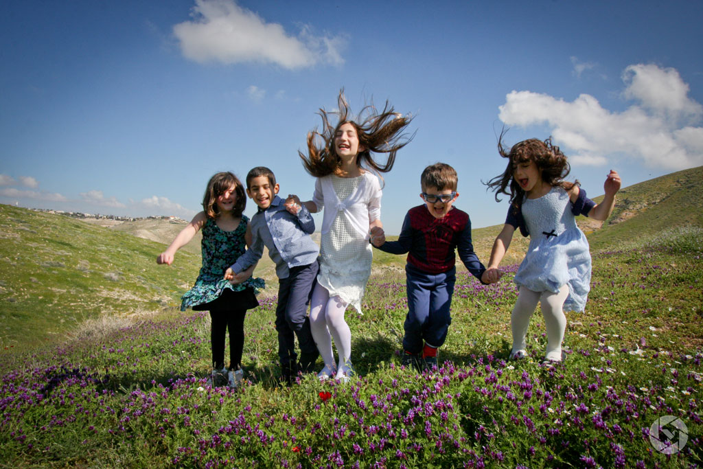 jumping children playing photographed by Yonit Schiller © 2015  יונית שילר