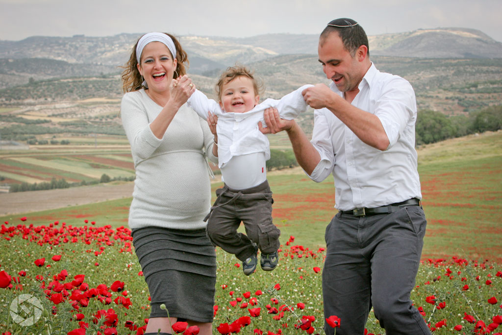maternity family poppies pregnancy photographed by Yonit Schiller © 2015  יונית שילר