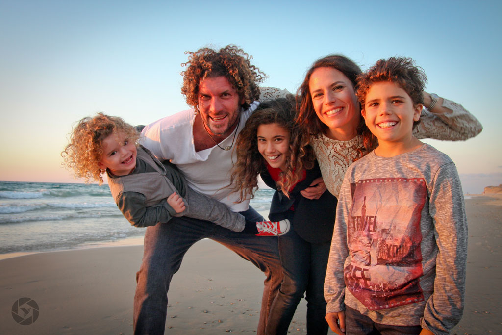 family beach sunset photographed by Yonit Schiller © 2015  יונית שילר