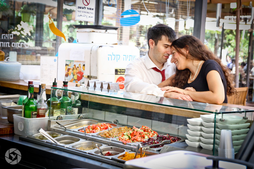 lunch break jerusalem couple photographed by Yonit Schiller © 2015  יונית שילר